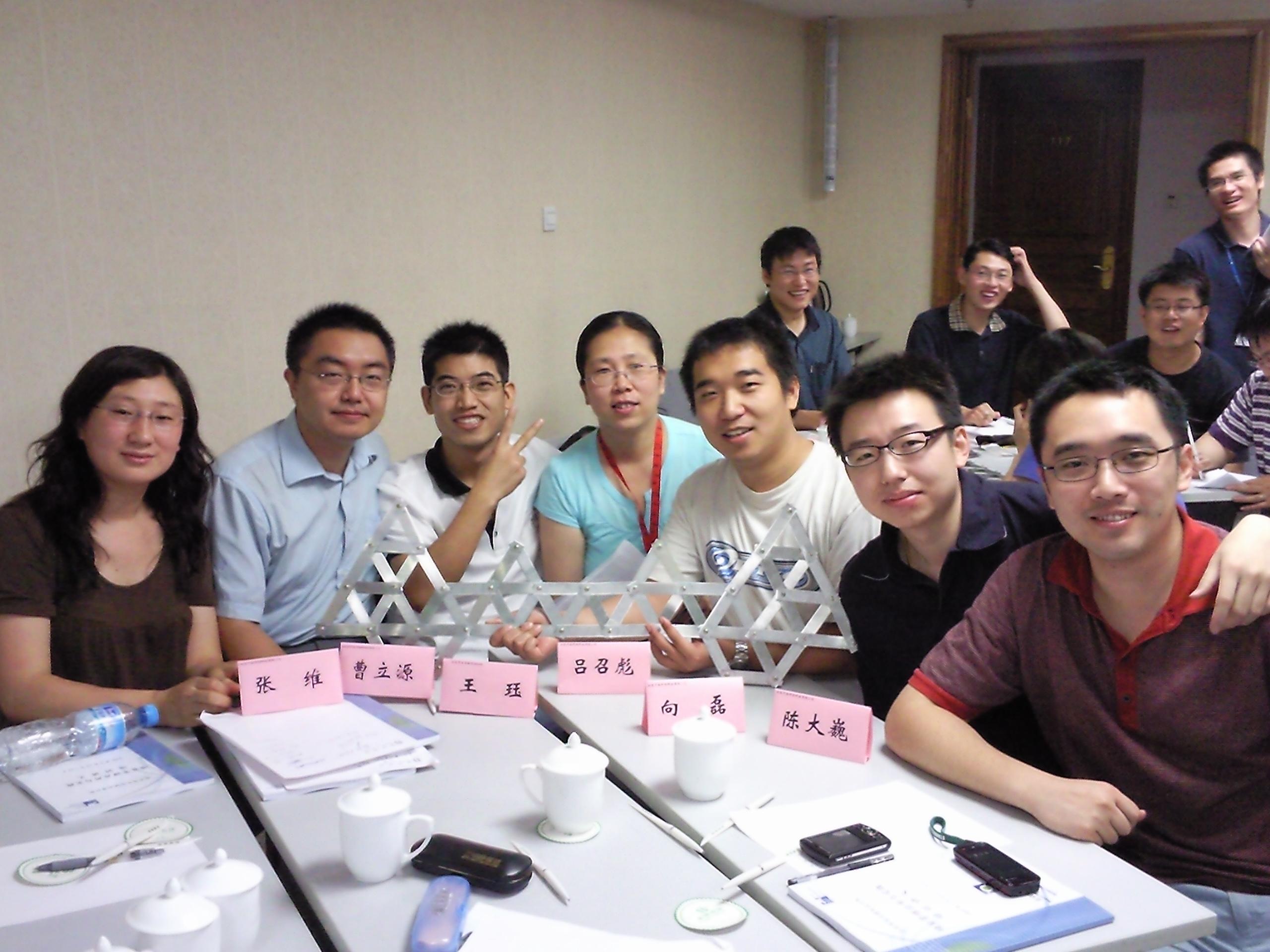 北京电信规划设计院有限公司《项目管理应用与实践》 内训课程于2009年6月18-20日在首体宾馆如期举办。   本次培训共有33名学员参加,开课前,郭院长做了开班动员,并介绍了董老师。   讲师在培训中把学员分为6个小组,组成培训期间的临时团队。董老师首先介绍了这三天的培训内容和安排,然后,每个组开始写了这次培训的目标。本次培训课程围绕项目管理的启动、计划、执行、控制、收尾五大过程和项目经理的角色职责展开,并穿插游戏、案例进行讲解。   通过此次培训,学员们系统的学习了项目管理五大流程的知识,了解了项